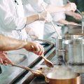 厨房の暑さ対策5選|飲食店が熱中症を防ぐためのポイントも